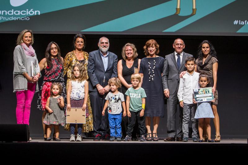 los premiados en Premios Familia 2017 de La Fundación San Prudencio en la gala de entrega en Vitoria