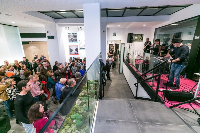 grupo Handicap de Vitoria-Gasteiz tocando ante público en inauguración Espacio Arte en La Fundación