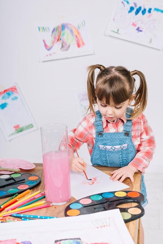niña dibujando para participar en el concurso de postales navideñas de La Fundación san Prudencio