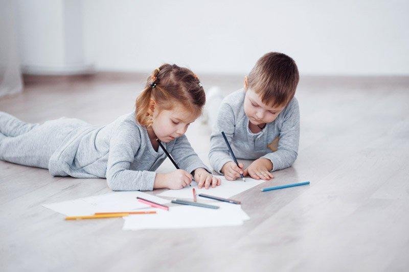 niños dibujando para concurso postales navideñas La Fundación San Prudencio